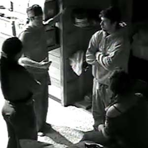 No escuro, Sérgio Mallandro conversa com a Mulher Melancia, Piu-Piu e Daniel Bueno