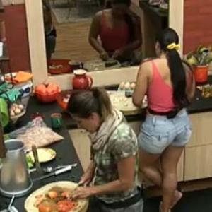 Andressa e Lizzi preparam o almoço dos peões (9/10/10)