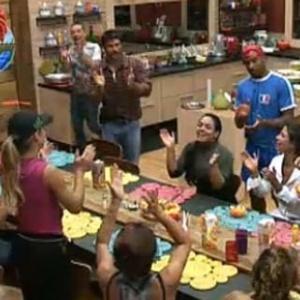Peões cantam parabéns para mãe de Melancia (10/10/10)