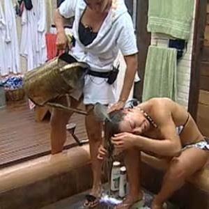 http://tv.i.uol.com.br/televisao/2010/10/11/lizzi-benites-lava-cabelo-de-janaina-jacobina-111010-1286833351047_300x300.jpg