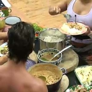 Sergio Abreu e Mulher Melancia se servem na hora do almoço (12/10/2010)