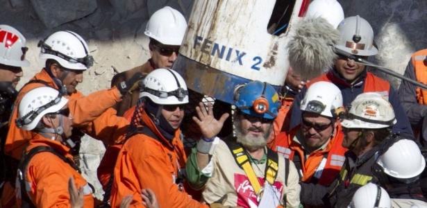 O mineiro chileno Jorge Galleguillos Orellana, de 56 anos, é resgatado da mina San José, no deserto do Atacama, no Chile (13/10/2010)
