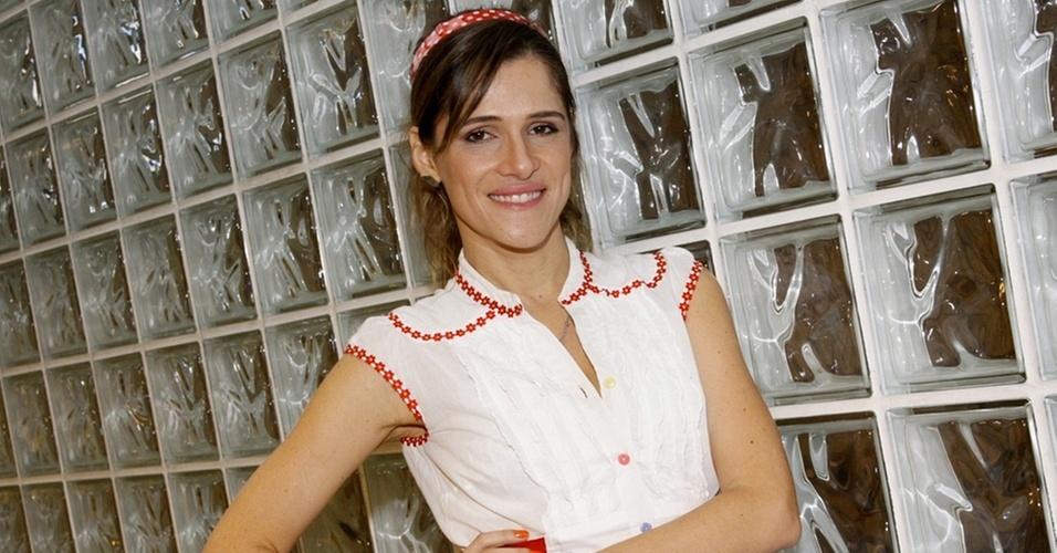 Ingrid Guimarães posa para foto antes de gravar especial de fim de ano no Projac, zona oeste do Rio (18/10/10)