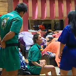 Lizzi Benites mostra como Viola é descuidado ao trocar de roupa (23/10/10)