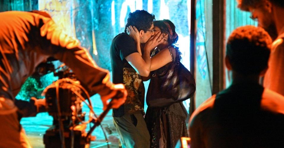 Michel Melamed e Paola Oliveira se beijam durante gravação de cena da série