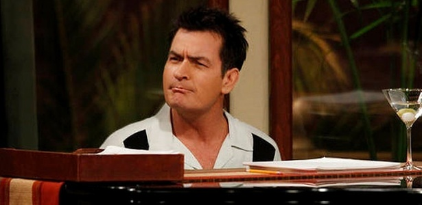 Charlie (Charlie Sheen) em cena de Two and a Half Men