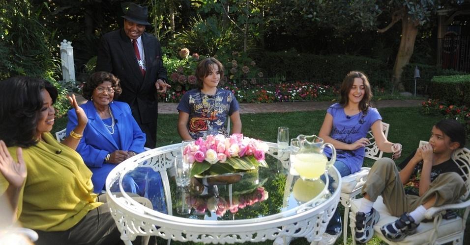 Oprah Winfrey, Joe Jackson, Katherine Jackson, Prince Michael, Paris Michael e Blanket durante gravação na casa da família nos arredores de Los Angeles (9/10/2010)