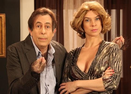 Os humoristas Reinaldo e Maria Paula, do Casseta & Planeta, em  cena de Pegassione, paródia da novela Passione
