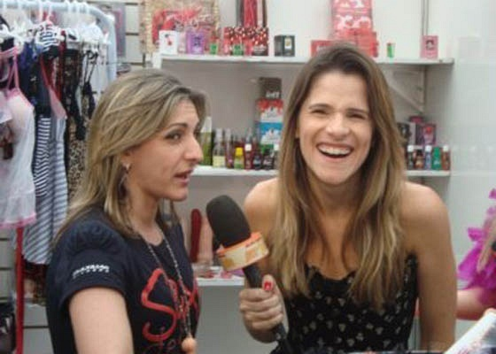 Ingrid Guimarães entrevista a empresária Erica Rambalde na Hot Fair, no Rio (30/10/10)