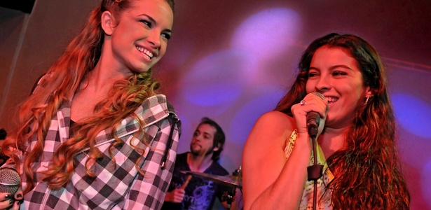 Os atores Lua Blanco (à esq.), Nando Velloso (ao fundo) e Ana Terra (à dir.) durante apresentação em bar no Rio de Janeiro (27/10/2010)