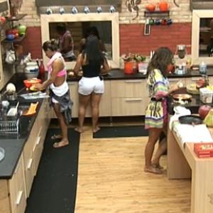 Andressa Soares, Lizzi Benites e Ana Carolina Dias preparam o almoço desta sexta-feira (5/11/10)