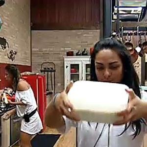 Lizzi Benites come banana enquanto Melancia faz vitamina com a fruta (09/11/10)