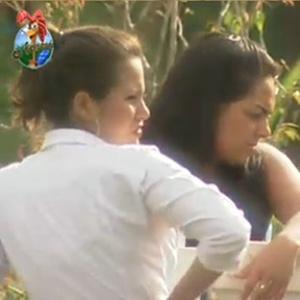 Andressa Soares e Ana Carolina Dias conversam na área dos animais (10/11/10)