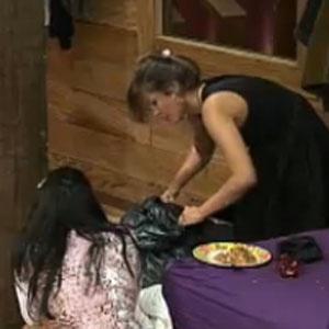 Melancia ajuda Carol a fazer a mala para a Casa da Fazenda (10/11/2010)