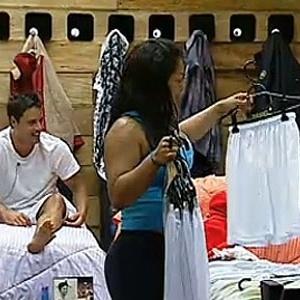 Sergio Abreu e Mulher Melancia brincam com calções da atividade (10/11/10)