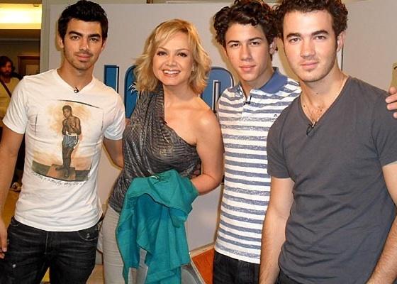 Eliana posa com o trio Jonas Brothers (novembro/2010)