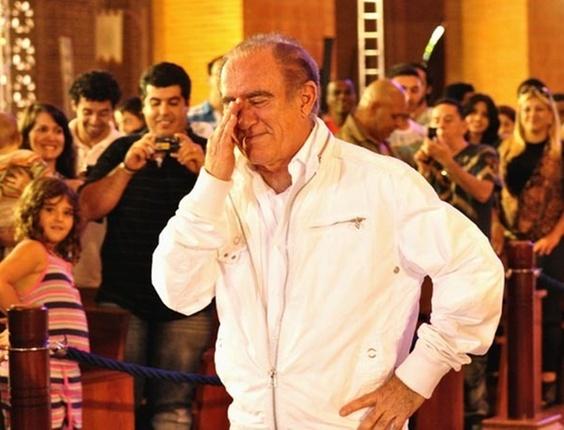 Renato Aragão chora durante gravação na Basílica de Aparecida, em SP (17/11/2010)