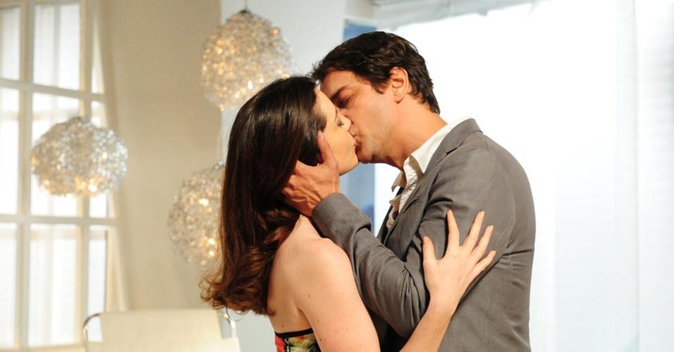Felícia (Larissa Maciel) é beijada por Gerson (Marcello Antony) em