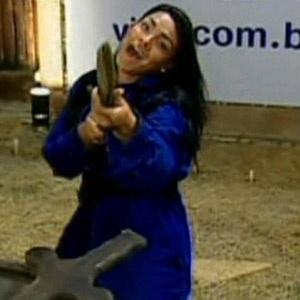 Mulher Melancia retira espada com ponta dourada e é a nova