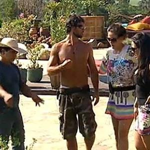 Caseiro Clébis explica a Daniel, Carol e Melancia atividade extra na horta (24/11/10)