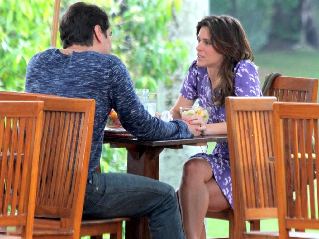 Gerson chama Diana para conversar e revela que conseguiu falar sobre seu problema com o psicanalista, em