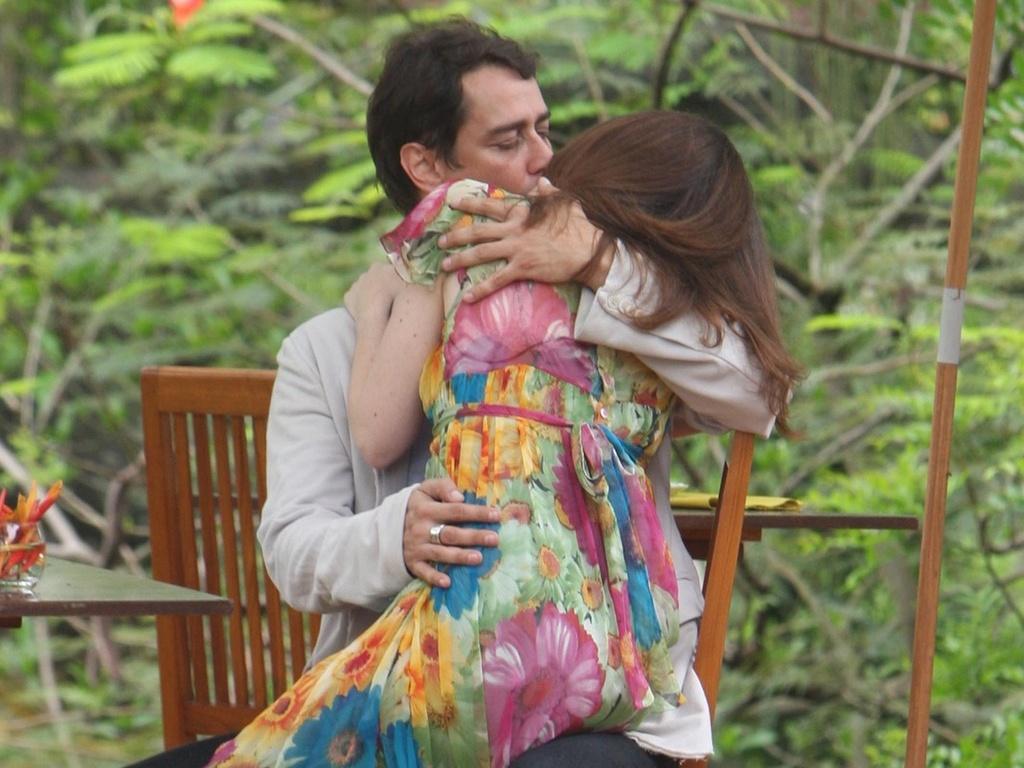 Gerson chama Felícia para um almoço romântico e os dois se beijam ardentemente, em