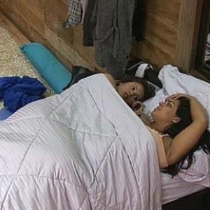 Ana Carolina Dias e Mulher Melancia cochicham no quarto (29/11/10)
