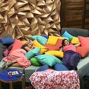 Luiza e Melancia aguardam início de atividade na sala da casa (29/11/10)