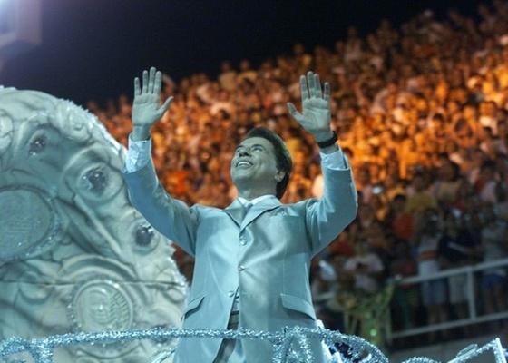 Silvio Santos desfila pela Tradi��o em ano que a escola homenageia o dono do SBT com o enredo O Homem do Ba�, Hoje � Domingo, � Alegria, Vamos Sorrir e Cantar (2001)