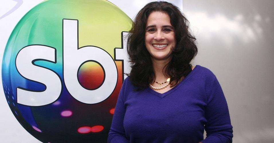 Lúcia Veríssimo assina contrato com o SBT (16/12/10)