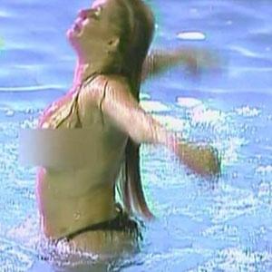 Monique Evans dá seu show particular ao nadar seminua durante festa (18/12/2010)