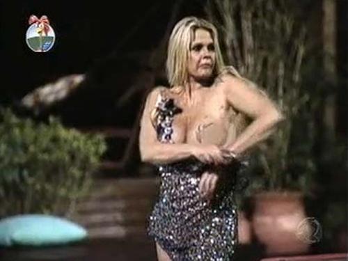 Monique Evans tira vestido antes de pular na piscina (17/12/10)