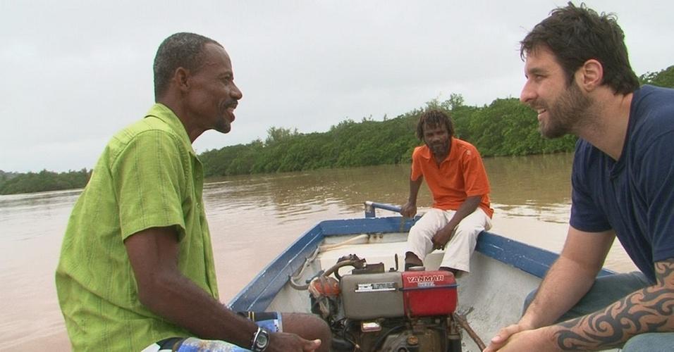 Rafinha Bastos passeia por rios contaminados em