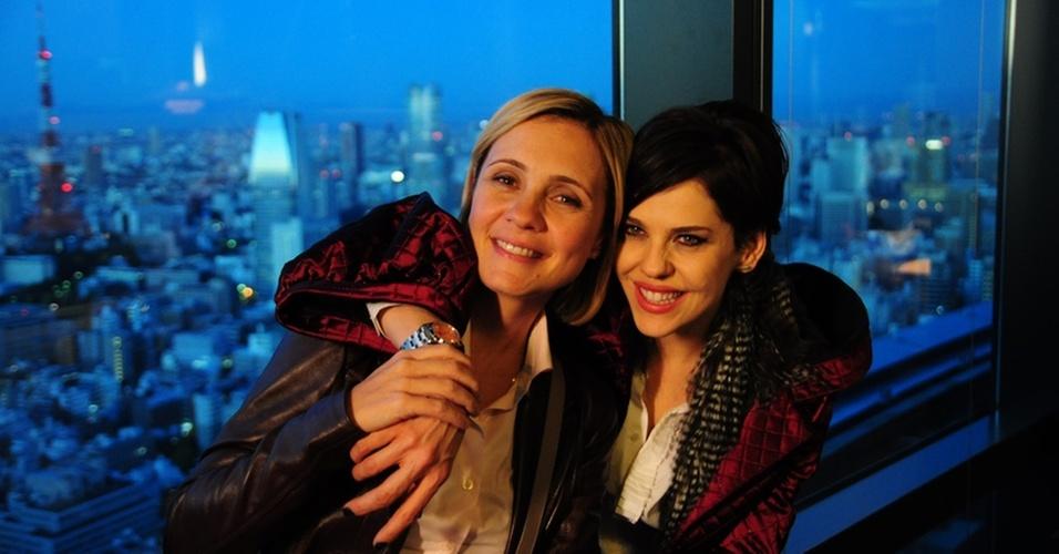 Adriana Esteves, que viverá a paleontóloga Júlia, e Barbara Paz durante gravação da novela