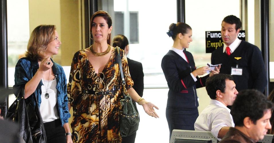 """A designer Marina (Paola Oliveira) é a madrinha de casamento de sua amiga Luciana (Fernanda Machado) que será em Florianópolis. Na companhia de sua prima Bibi (Maria Clara Gueiros), ela viaja em cena que vai ao ar  em """"Insensato Coração"""" em 17/1"""