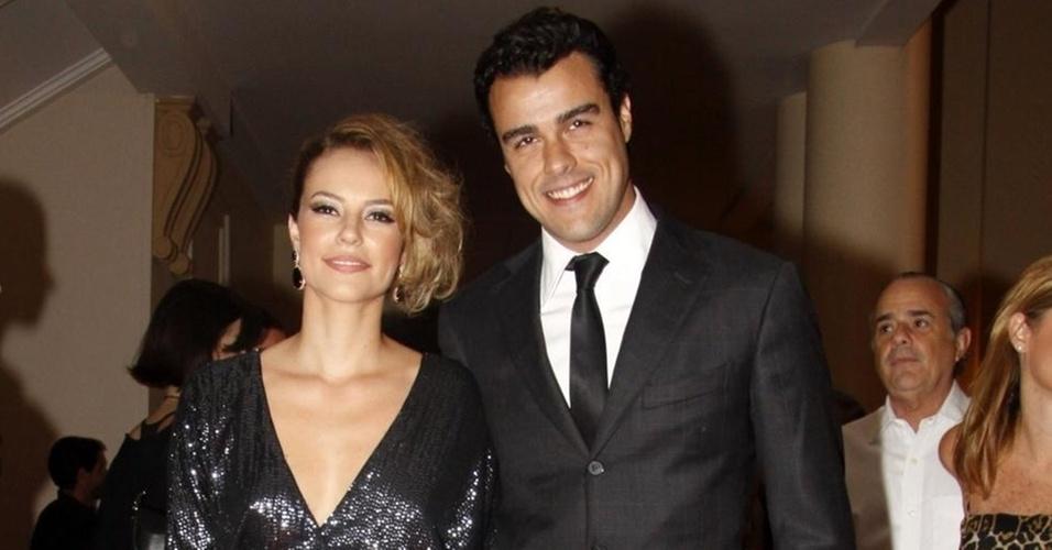 Paola Oliveira chega com seu namorado, Joaquim Lopes, à festa de lançamento da novela