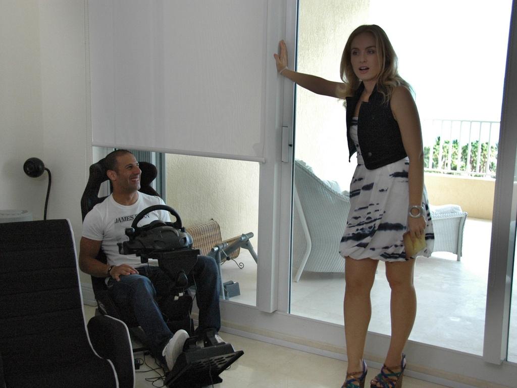 O piloto Tony Kanaan e a apresentadora Angélica durante entrevista gravada em Miami que vai ao ar no