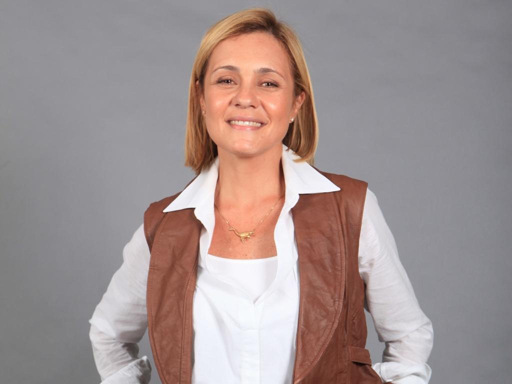A atriz Adriana Esteves como a paleontóloga Júlia na novela