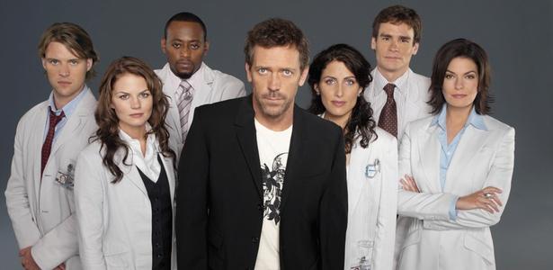"""Hugh Laurie (ao centro) ladeado por o elenco de """"House"""" (8/2/2011)"""