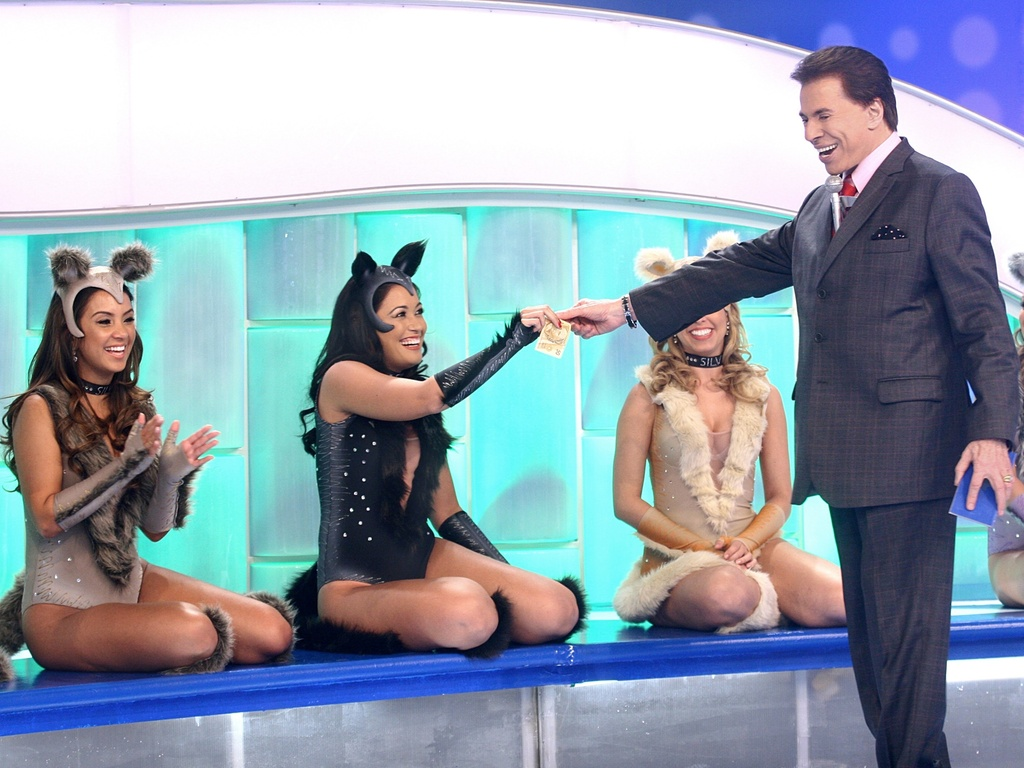 Silvio Santos com as bailarinas usando figurino especialmente criado por Paulo Federico --que tambm cuida do visual do apresentador. Roupas inspiradas no espetculo 