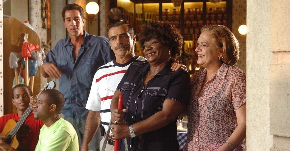 """Stallone (Marcelo Brou), Gomes (Walter Breda), Graça (Regina Maria Dourado) e Diva (Neuza Borges) em cena de """"América"""" (2005)"""