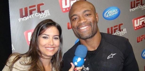A apresentadora Cris Lyra entrevista o lutador Anderson Silva para o