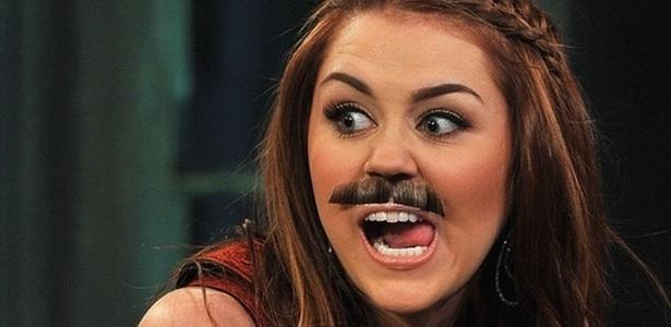 Miley Cyrus aparece de bigode em programa de TV (4/3/2011)