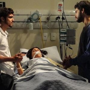 Renato e Edgar visitam Marcela na UTI ap�s ela sofrer um acidente