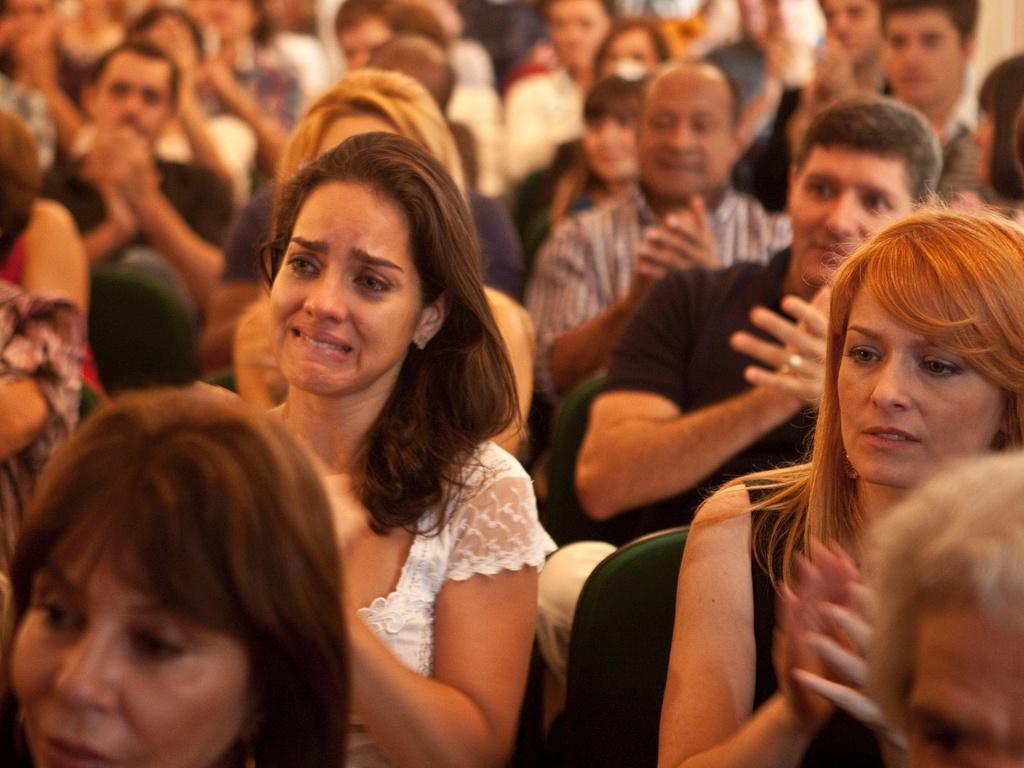 A atriz Juliana Limaverde se emociona ao assistir à apresentação feita por Tiago Santiago da novela