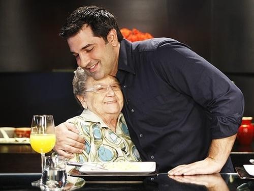 O apresentador Edu Guedes chora ao gravar entrevista com Palmirinha, que o ajudou no começo da carreira (2011)