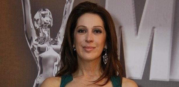 Claudia Raia recebe troféu de melhor atriz no