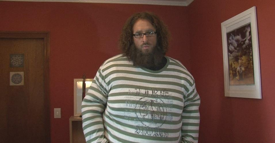 Rafinha Bastos, com uma roupa que o deixa gordo para fazer uma matéria sobre obesidade do programa