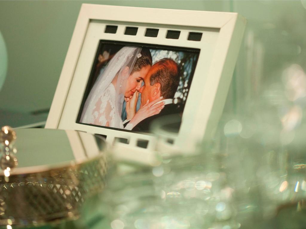Em seu escritório na sede da RedeTV! em Osasco, Marcelo de Carvalho mantém diversos porta retratos, dentre eles um do seu casamento com a apresentadora Luciana Gimenez (6/4/2011)