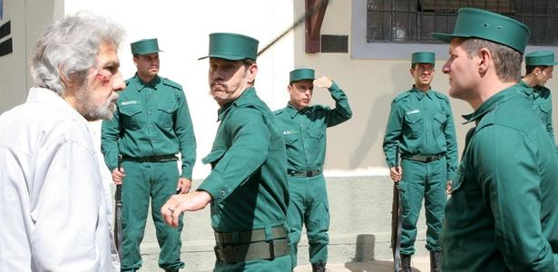 http://tv.i.uol.com.br/televisao/2011/04/08/militares-torturam-geraldo-cordeiro-em-cena-que-vai-ao-ar-em-amor--revolucao-em-154-1302295184964_615x300.jpg
